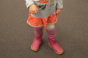 89b5b3cd Wśród zimowych butów dla starszych dzieci również warto wybierać takiej,  które będą dobrze dopasowane do stopy i nie będą ograniczały jej ruchów –  tutaj ...