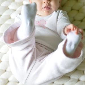 873c0286 ... gdy niemowlę chwyta się za stopy (zwykle dzieje się to pod koniec 4  miesiąca życia). W trakcie takiej niepozornej czynności dochodzi do  wzmocnienia ...